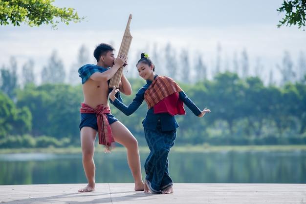 Mostra giovani asiatici del nord myanmar giovani