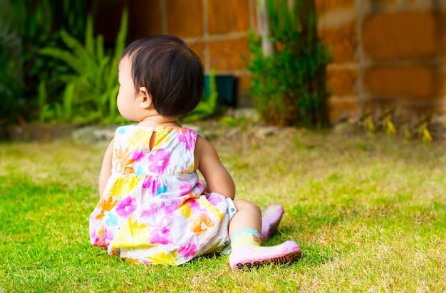 Mostra piccolo bambino sedersi in natura giardino