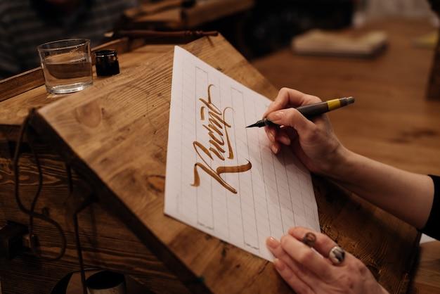 Mostra sul grande foglio di tela di carta bianca con la calligrafia di parola