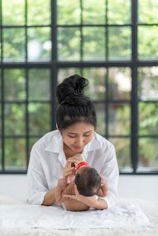Mostrando l'amore di madre e neonato