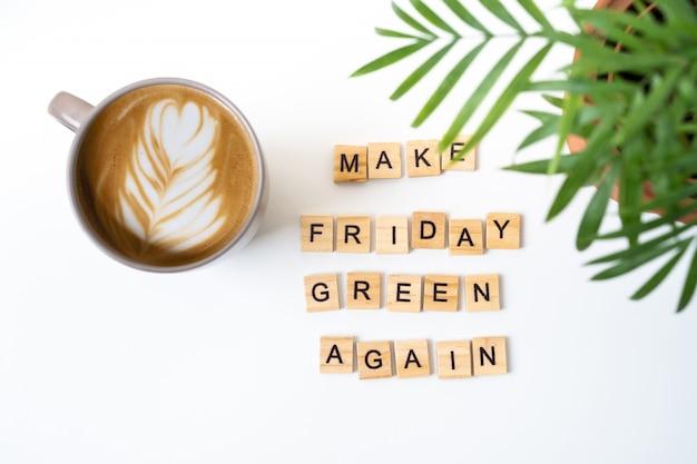 Motivo dello slogan rendi di nuovo venerdì verde. lettere di legno. vista dall'alto. caffè ed eucalipto