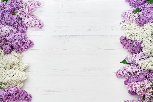 Motivo floreale di rami lilla, sfondo di fiori. vista piana, vista dall'alto.