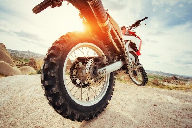 Moto. bici all'aperto sullo sfondo.