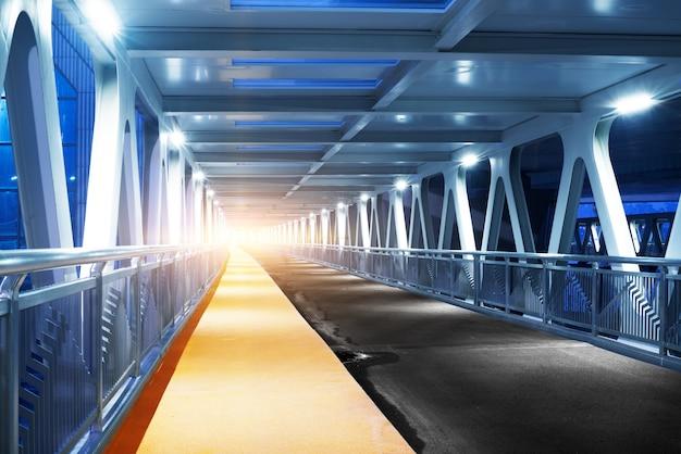 Moto di velocità nel tunnel stradale autostrada urbana.