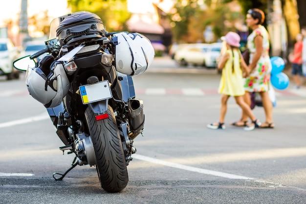 Moto sportiva su strada. moto parcheggiata su una strada. libertà e concetto di viaggio.