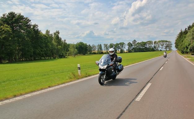 Moto sulla strada rurale