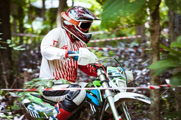 Moto veloce di mountain bike che corrono nella giungla durante il giorno