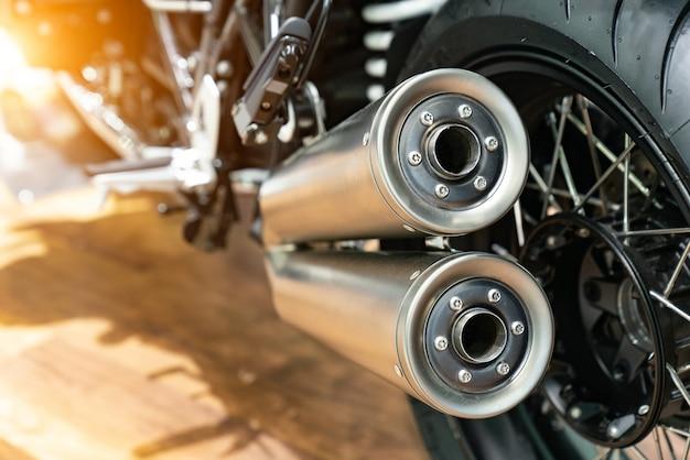 Motocicletta con doppio scarico