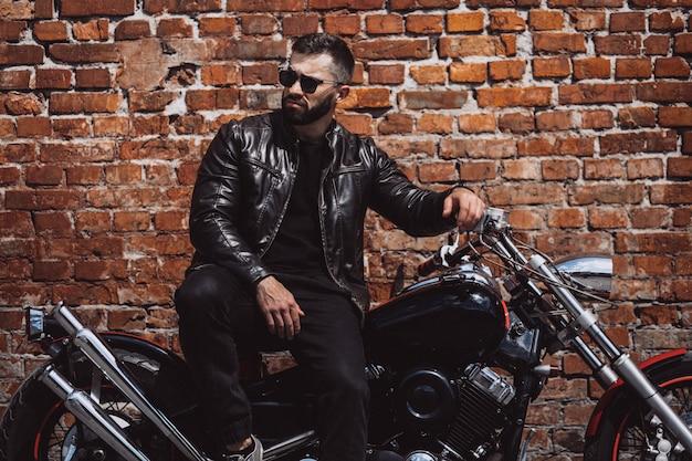 Motociclista bello dell'uomo che viaggia su mototrcycle