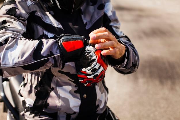Motociclista che controlla la sua attrezzatura prima della corsa