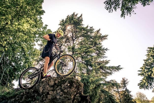 Motociclista che fa i trucchi sulla bicicletta