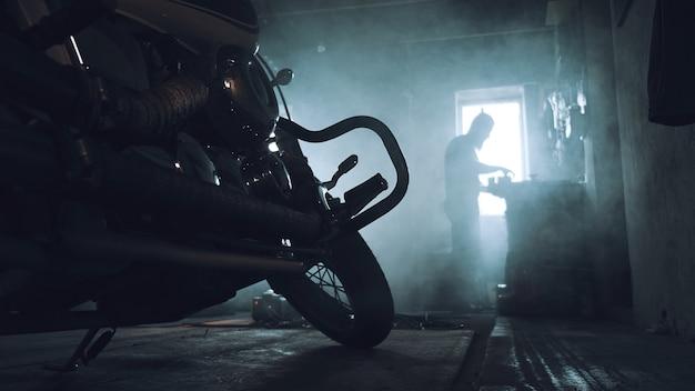 Motociclista che ripara la sua moto