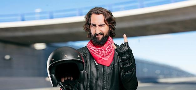 Motociclista con un casco arrabbiato o sconvolto