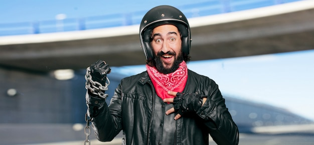 Motociclista con una catena d'acciaio