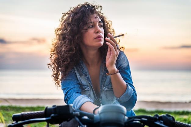 Motociclista femmina alla guida di una moto cafe racer