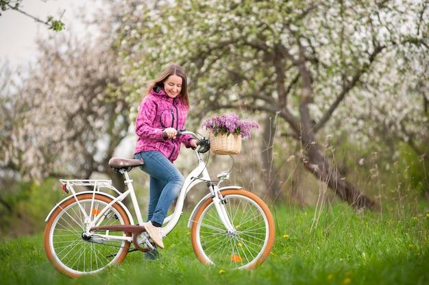 Motociclista femminile che indossa giacca e jeans viola