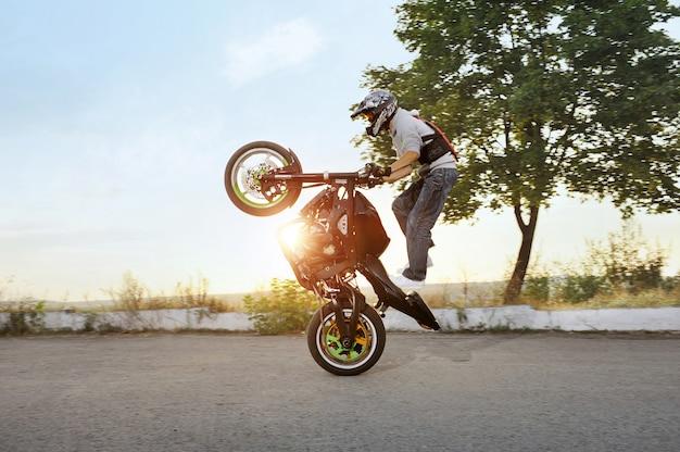 Motociclista in sella a una moto