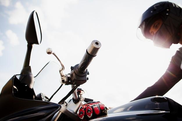 Motociclista in timone sulla moto