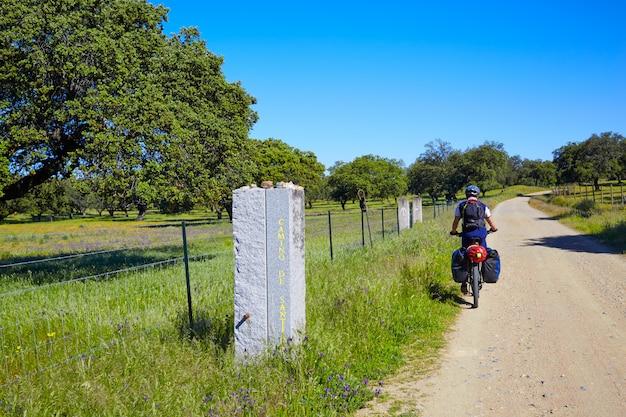 Motociclista in via de la plata modo andalusia spagna