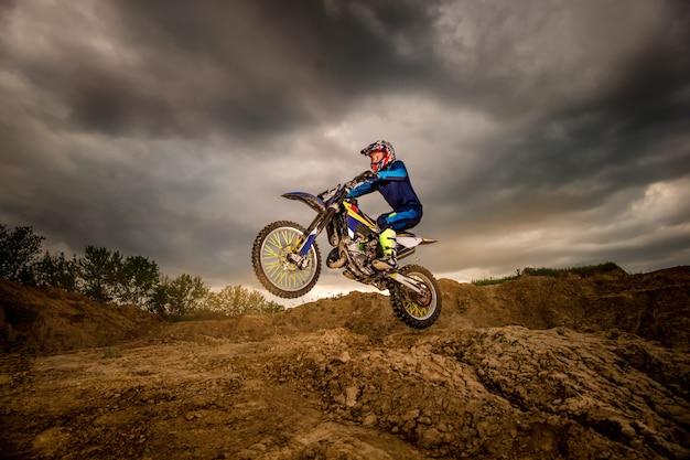 Motociclista professionista guida in montagna