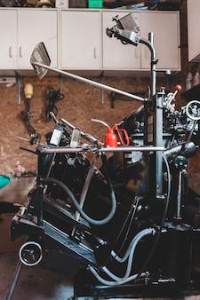 Motociclo nero e grigio vicino alla parete marrone