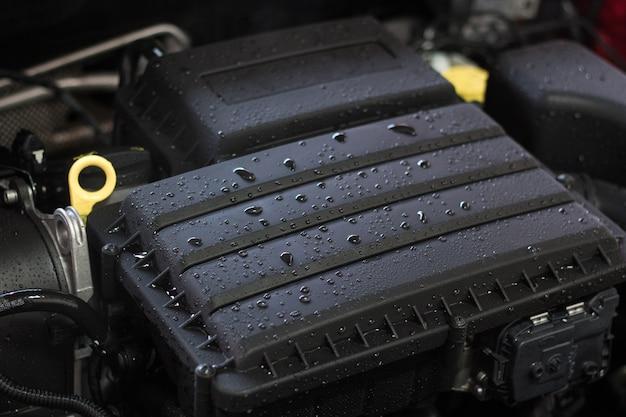 Motore dell'automobile dopo il lavaggio, concetto di cura dell'auto