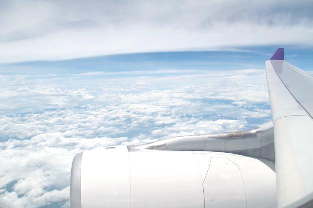 Motore e ala dell'aeroplano con il cielo