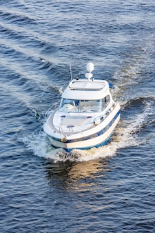 Motoscafo al coperto sul fiume. riposo sul fiume in barca.
