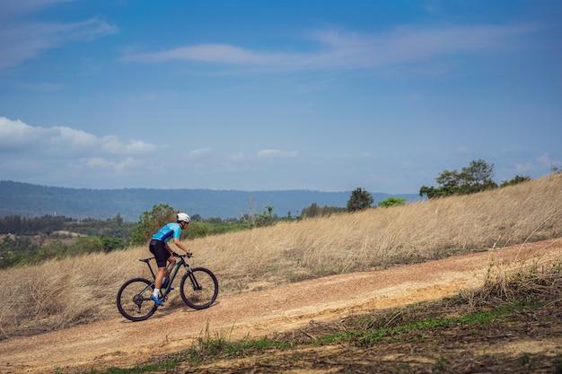 Mountain bike in bicicletta, allenamento e salendo una ripida salita.