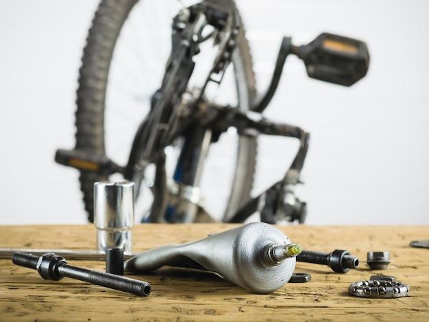 Mountain bike smontata e pezzi di ricambio per essa.