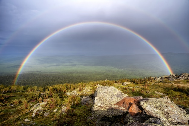 Mountain valley paesaggio arcobaleno. vista sulla valle dell'arcobaleno