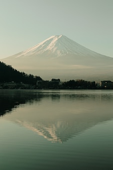 Mountain view di fuji e lago kawaguchiko nell'alba di mattina, stagioni invernali a yamanachi, giappone. paesaggio con skyline riflesso sull'acqua.