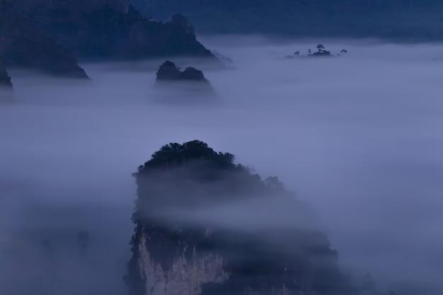 Mountain view e bella foschia del parco nazionale di phu langka, tailandia