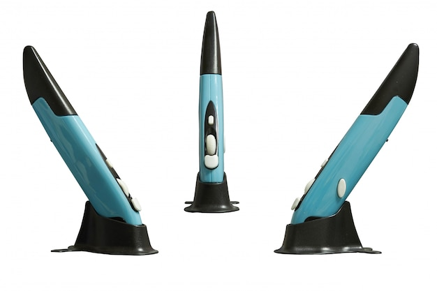 Mouse a penna wireless sul supporto per l'utilizzo con computer, lato e frontale isolati