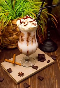 Mousse alla crema alla vaniglia, semifreddi alla cheesecake. estrema profondità di campo con messa a fuoco selettiva sul dessert di fronte