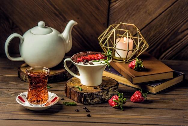 Mousse alla crema di cioccolato e vaniglia con un bicchiere di tè
