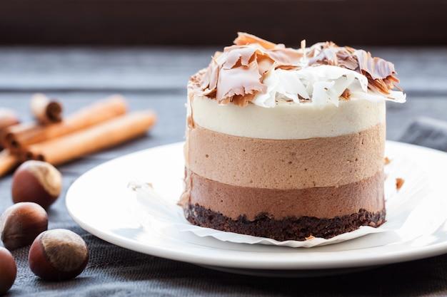 Mousse torta tre cioccolato.