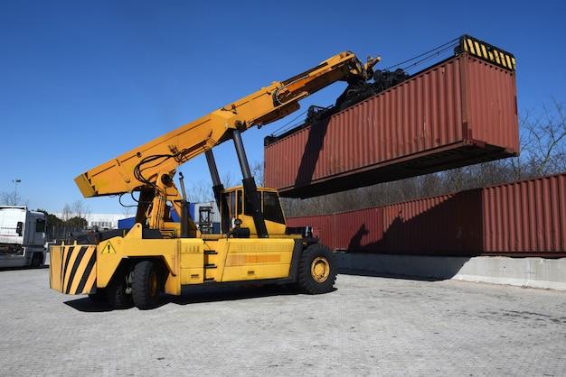 Movimentazione di container movimentazione di veicoli con carico