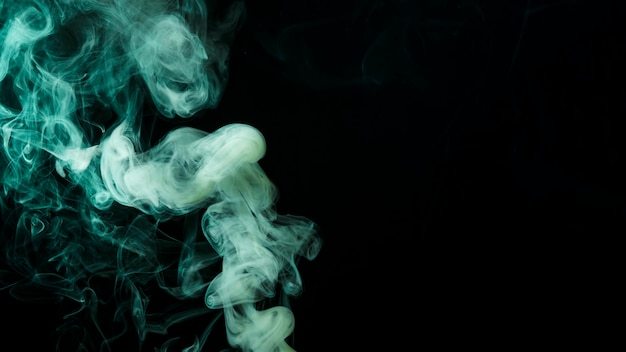Movimento astratto del fumo verde su sfondo nero