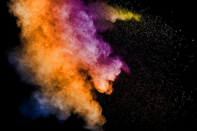 Movimento congelato di schizzi di particelle di polvere colorata. dipinto holi in festival.