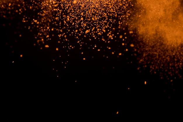 Movimento congelato di una nube di polvere di contrasto brillante e ipnotica