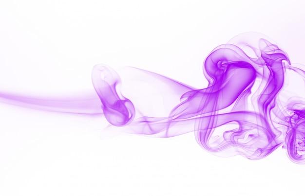 Movimento dell'estratto viola del fumo su fondo bianco