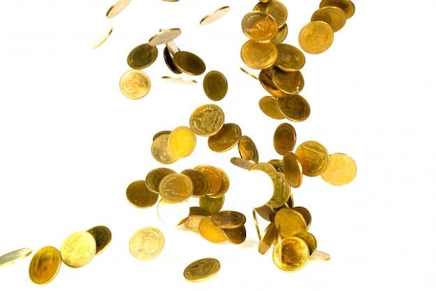 Movimento della moneta d'oro che cade isolato su bianco
