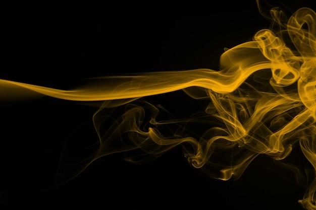 Movimento di fumo arancione su sfondo nero. progettazione del fuoco