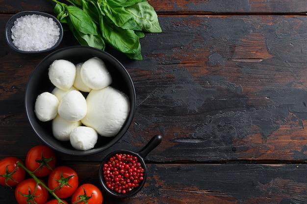 Mozzarella con foglie di basilico fresco e pomodorini