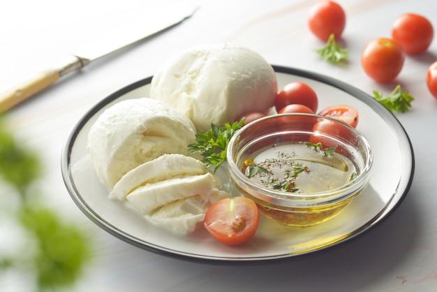 Mozzarella e pomodorini con spezie. mozzarella fatta in casa