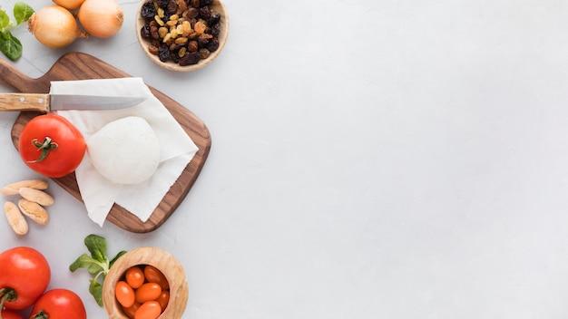 Mozzarella piatta e pomodori copiano lo spazio
