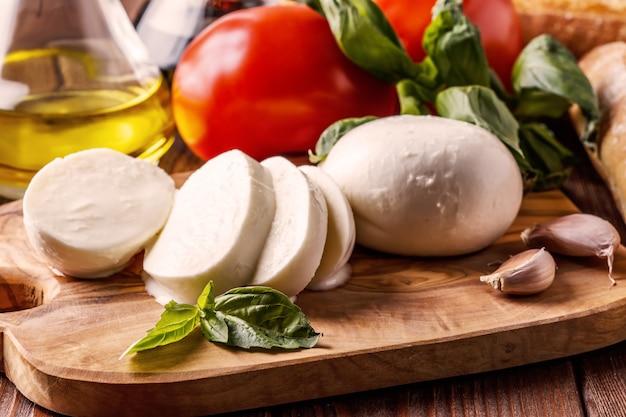 Mozzarella, pomodori, aglio e basilico.
