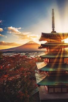 Mt. fuji con la pagoda di chureito e la foglia rossa al tramonto