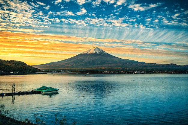 Mt. fuji sopra il lago kawaguchiko all'alba in fujikawaguchiko, giappone.